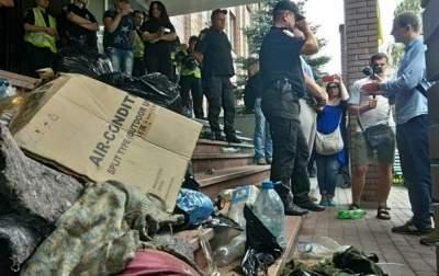 В Киеве активисты принесли мусор к зданию полиции