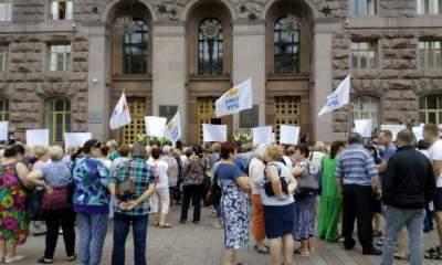 В Киеве протестуют против сноса киосков с прессой