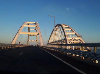 Крымский мост поразил видом в разгар курортного сезона