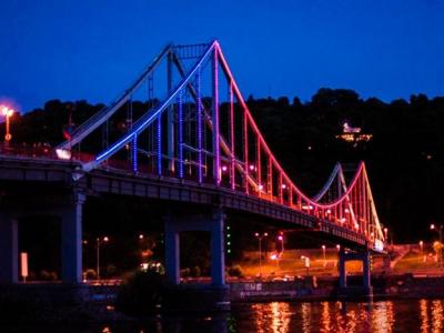 В Киеве подсветят красным пешеходный мост: названа причина