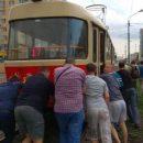 Комфорт за 8 гривен: в Киеве пассажирам пришлось толкать трамвай
