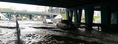 Непогода в Киеве: автомобили из-за ливня «поплыли»