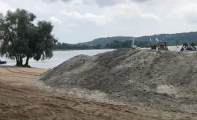 На одном из пляжей Киева обновляют песок