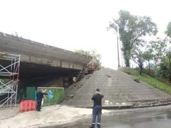 В Киеве восстановили движение по разрушенному мосту