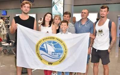 Задержанные в Греции украинские моряки вернулись домой