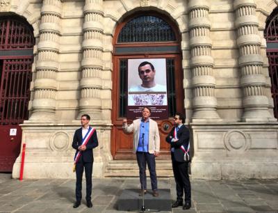 На фасаде парижской мэрии разместили фото украинского политзаключенного