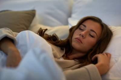 Врачи назвали причины вздрагивания во время засыпания