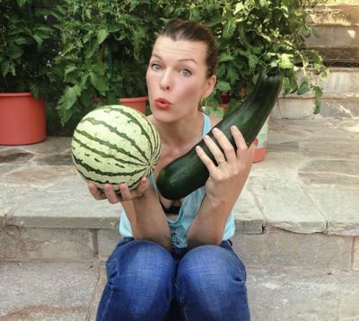 Мила Йовович похвасталась собственным урожаем