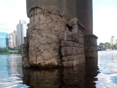 В Киеве начал осыпаться мост Патона