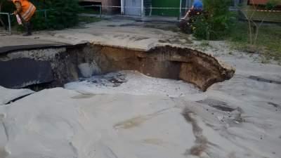 В Киеве асфальт провалился прямо перед домом