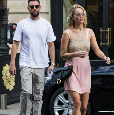 Дженнифер Лоуренс в романтическом образе прогулялась с новым бойфрендом