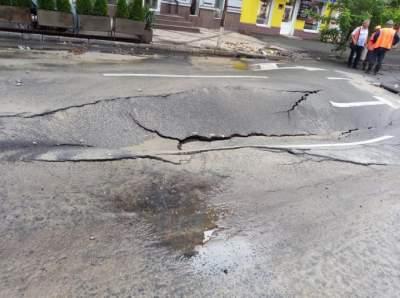 В Киеве из-за ливня образовались огромные ямы на дорогах