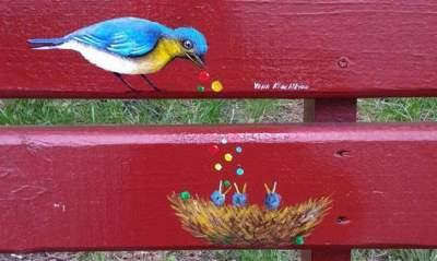 В Киеве художница оригинально украсила лавочки в парке «Совки»