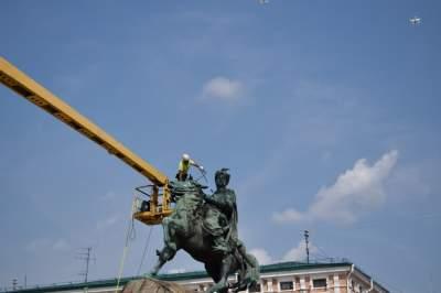 В Киеве устроили «душ» памятнику Богдана Хмельницкого