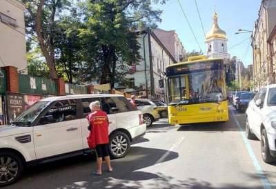В Киеве автохам остановил движение троллейбусов