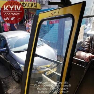 У киевской маршрутки на ходу отвалилась дверь