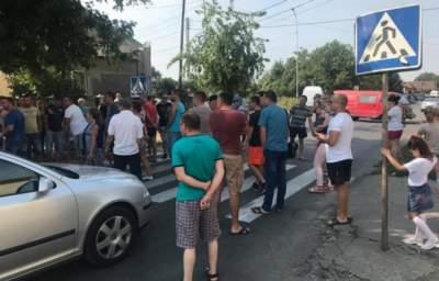 В Ужгороде местные жители перекрыли дорогу
