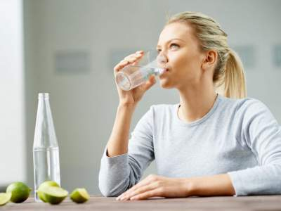 Врачи объяснили, почему не стоит пить воду во время еды