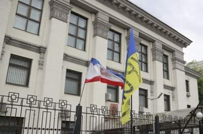В Киеве консульство России забросали дымовыми шашками, - СМИ