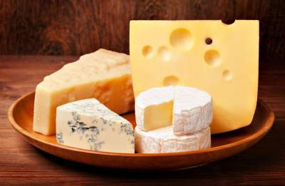 Медики объяснили, почему необходимо регулярно есть сыр