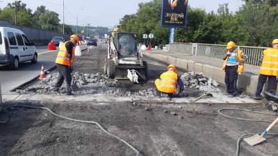 В Киеве начали ремонтировать мост Метро