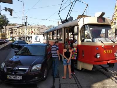 В Киеве автохам остановил трамваи