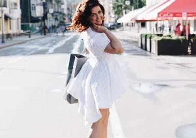Украинская телеведущая покрасовалась в коротком белом платье