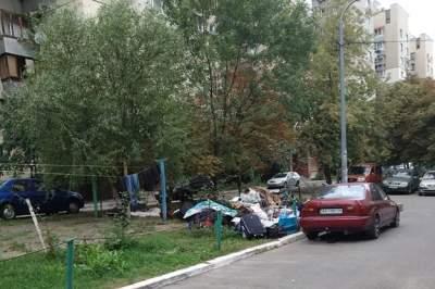 В Киеве на Отрадном бездомные устроили свалку