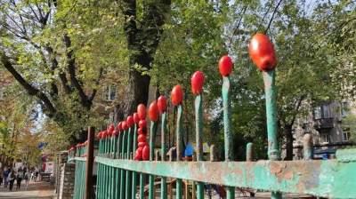 В Киеве неизвестные испортили забор возле метро