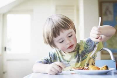 Медики назвали продукты, которые нельзя давать детям