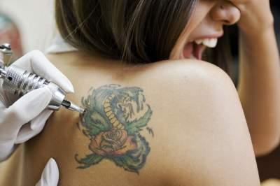 Медики рассказали, что можно «занести» в организм с чернилами для тату