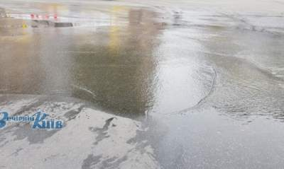 В Киеве у станции метро «Лукьяновская» прорвало трубу