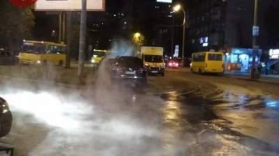 В Киеве минувшей ночью улицу залило кипятком