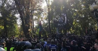 Правоохранители помешали националистам разрушить памятник Ватутину