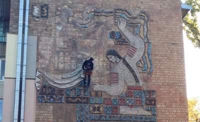 В Киеве убирают настенную фреску времен СССР