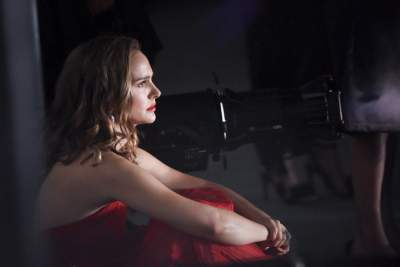 Натали Портман сфотографировали в красном платье