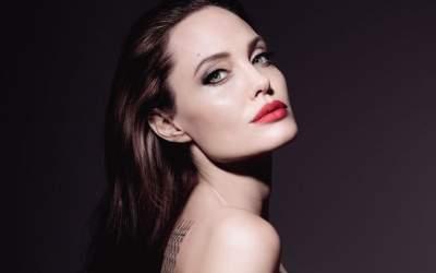Анджелина Джоли покрасовалась в элегантном платье с кружевами