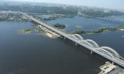 В Киеве перекрыли Дарницкий мост