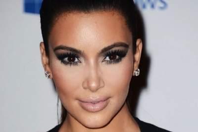 Ким Кардашьян похвасталась фигурой в откровенном бикини