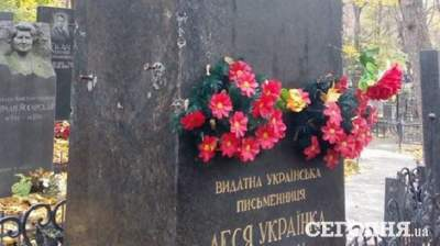 Вандалы портят могилы известных людей на Байковом кладбище