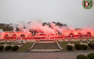 Польские ультрас устроили фаер-шоу на львовском кладбище