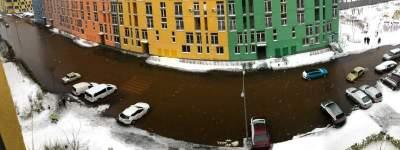 В Киеве прорвало трубу на территории жилого комплекса