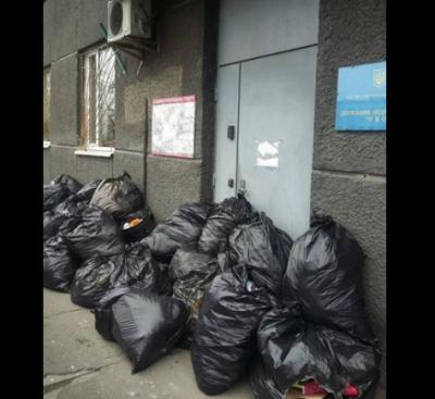 В Киеве двери ЖЭКа забаррикадировали мешками с мусором