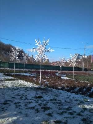 В Киеве готовятся к Новому году: на площади установили 3D снежинки