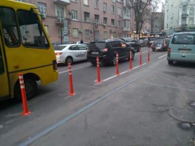 В Киеве начали ограждать полосу для общественного транспорта