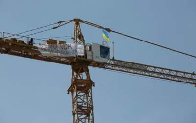 В Киеве начали демонтировать строительный кран на Андреевском