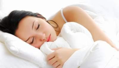 Медики рассказали, полезно ли спать без подушки
