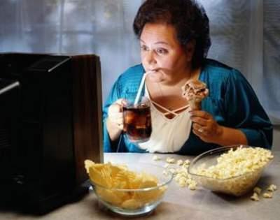 Врачи рассказали, к чему приводит еда перед телевизором