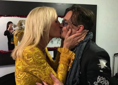 Джонни Депп страстно поцеловал ведущую аукциона