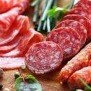 Онколог назвал канцерогенные продукты, от которых стоит отказаться